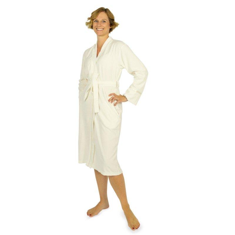 ŽKupaoni ogrtač Lucy od kombinacije pamuka i mikrovlakana je veoma mekan i prijatan za upotrebu tako da ćete ga rado nositi. Kupaoni ogrtač duboke bočne džepove što omogućava dodatnu udobnost. Odličan izbor za saunu, wellness, fitnes ili za poslije tuširanja. Kupaoni ogrtač je periv na 40 °C.