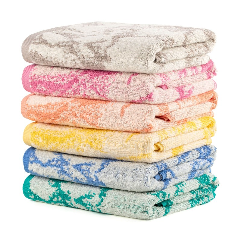 Doživite luksuznu udobnost u svojoj kupaonici! Kvalitetan peškir Prima J od pamučnog frotira je izdržljiv, mekan, upijajući i brzo se suši. S motivom žakard mramora i završnim ružičastim rubom. Peškir je periv na 60 °C.