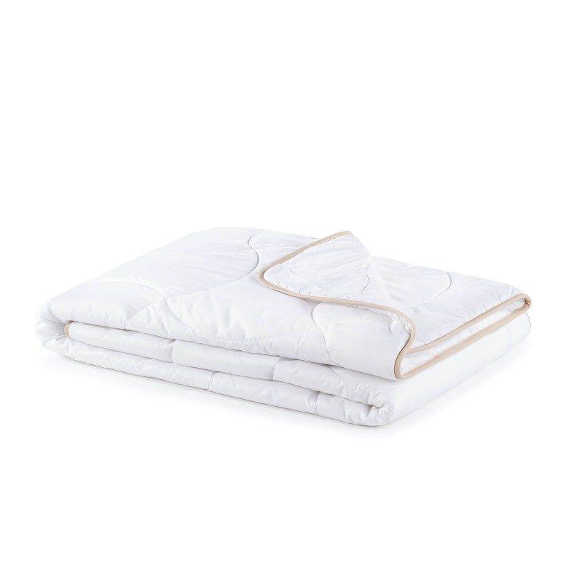 Cjelogodišnji pokrivač SleepBamboo sa bambusovim vlaknima, oduševiće vas udobnošću u svim godišnjim dobima. Kombinacija kvalitetnih mikrovlakana i prirodnih bambusovih vlakana, sa izuzetnom sposobnošću odvajanja vlage i apsorpcije, pruža komfor onima koji se mnogo znoje tokom sna. Pokrivač se u potpunosti pere na 60 °C.