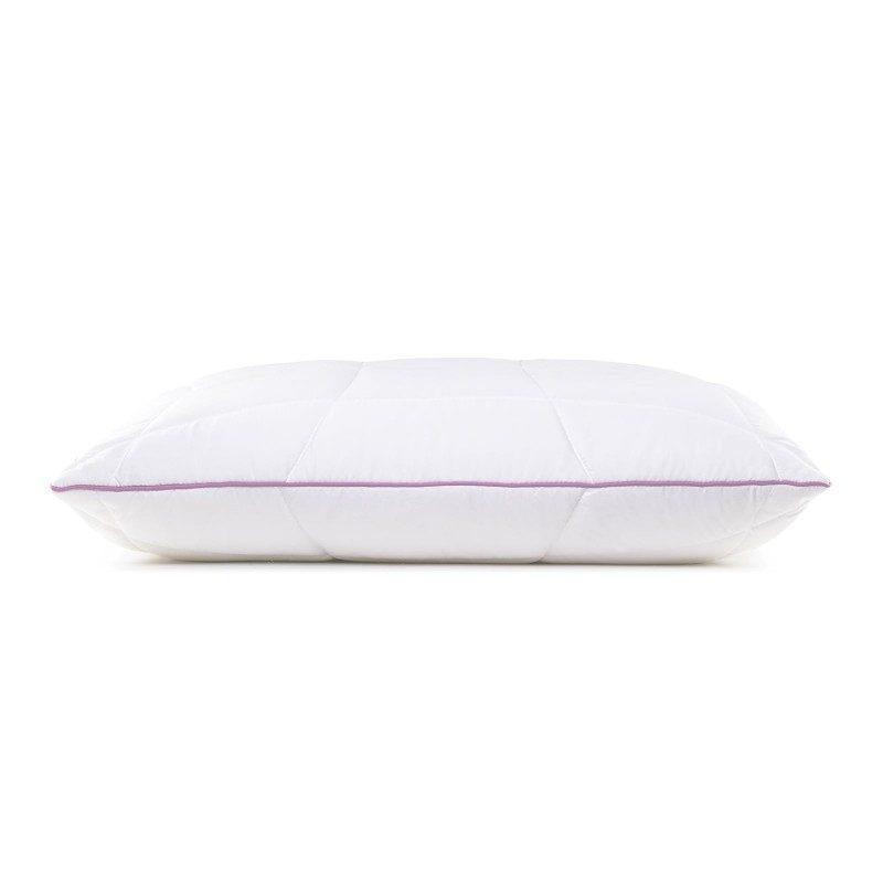 Klasični jastuk Lavander Provance sigurno će vas uvjeriti u svestranost jer je jastuk pogodan za sve položaje spavanja. Nježan miris lavande koji umiruje, uklanja nervnu iscrpljenost i nesanicu i pruža vam dodatnu udobnost dok spavate. Jastuk je potpuno periv na 60 °C.