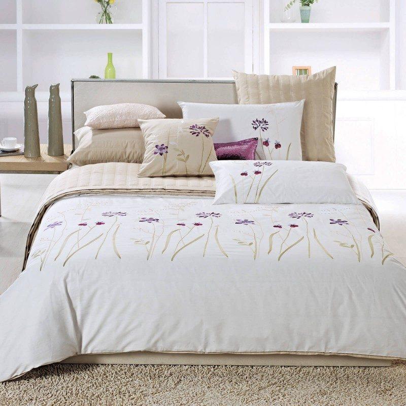 Vrijeme je za potpuno uživanje u modernim pamučnim posteljinama! Posteljina Anna izrađena je od mekog pamuka, koji je satkan od visokokvalitetnog, tankog prediva. Posteljina je divna dekoracija vaše spavaće sobe i istovremeno odličan izbor za ugodan i prijatan san. Oduševiće vas fascinantan dizajn sa vezenim cvijetnim dezenom. Posteljina se pere na 40 °C.