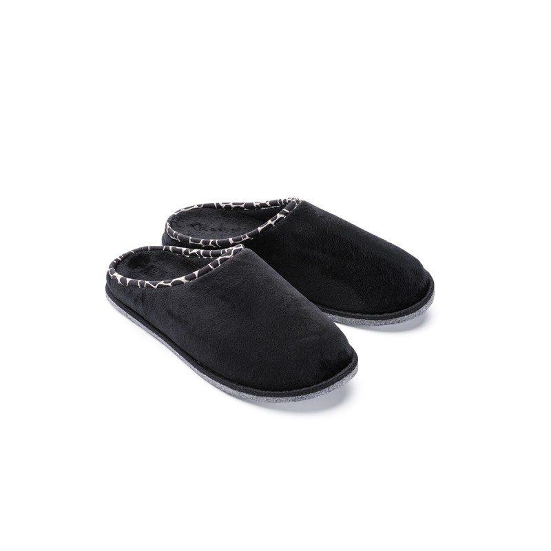 Lagan korak za vaša stopala kako biste im pružili maksimalnu udobnost! Mekane papuče SoftTouch Home izrađene su od visokokvalitetnih mikrovlakana koji vam pružaju osjećaj mekoće i udobnosti. Jednobojne papuče boje s tvrdim džonom i tankim dekorativnim rubom za sve ukuse. Dostupne su u različitim bojama i primjerene su za muškarce. Nije preporučeno pranje u mašini za veš.