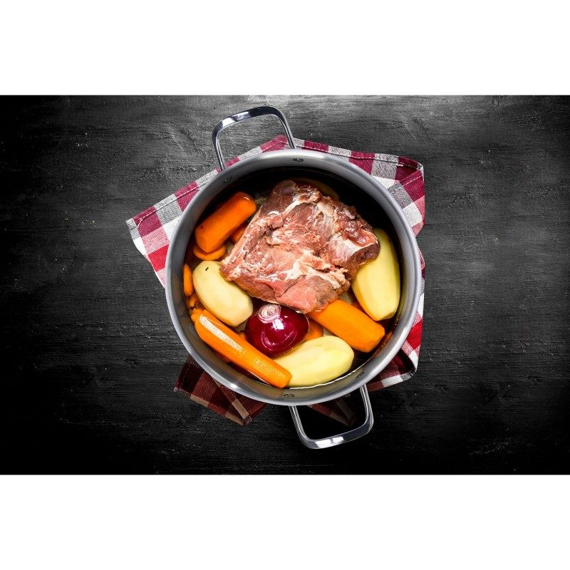 Čelični lonac Pour & Cook prečnika 24 cm i zapremine 6,5 l  odlikuje neuništiv, nehrđajući čelik 18/10 i 3-slojno dno koje omogućava brzo, ravnomijerno zagrijavanje i kraće vrijeme kuhanja. Tehnologija ThermoFlow omogućava odličnu distribuciju toplote po cijeloj površini posude i na taj način obezbjeđuje ravnomijerno kuhanje. Za jednostavnije kuhanje šerpa ima mjernu skalu u unutrašnjosti posude, a za lakše odlivanje i isparavanje prilagođeni poklopac i zaobljeni rub posode. Pogodno za sve površine za kuhanje, uključujući indukcionu. Lako se čisti i može se prati i u mašini za pranje posuđa.