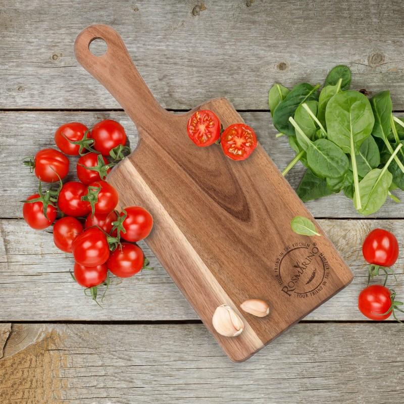 Manja Rosmarino daska od bagrema nepogrješiv je izbor za svaku kuhinju. Napravljena je od prirodnog bagremovog drveta koje je sve više popularno u domaćinstvu zbog svoje izdržljivosti i snage. Drvo bagrema se smatra vrlo izdržljivim, i dugotrajnim materijalom. Zlatno-smeđe ili žućkaste boje, elastičan je i vrlo fleksibilan. Drvene ploče od bagrema su izdržljive, pogodne za rezanje raznih vrsta hrane. Daska ima dužu drvenu dršku za lakše nošenjhe. Dasku prati pod tekućom vodom i obrisati suhom krpom.
