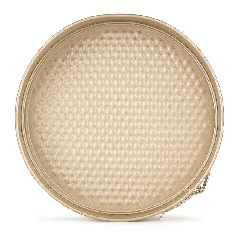 Okrugli kalup za pečenje Rosmarino Baker Gold 28 cm,  izrađen od visokokvalitetnog karbonskog čelika i modernog izgleda u zlatnoj boji, biće vaš novi nezamenjivi pomoćnik za pečenje. Neprijanjajući premaz sa efektom vrućeg kamena daje jedinstven pristup pečenju. Hrana se tako neće lijepiti za posudu i lako ćete je izvaditi bez upotrebe kuhinjskog pribora. Pekač je zahvaljujući svom sastavu od karbonskog čelika otporan na visoke temperature i do 240 °C, pogodan za skladištenje u frižideru. Idealno za pečenje kolača, pita i ostalih okruglih peciva.