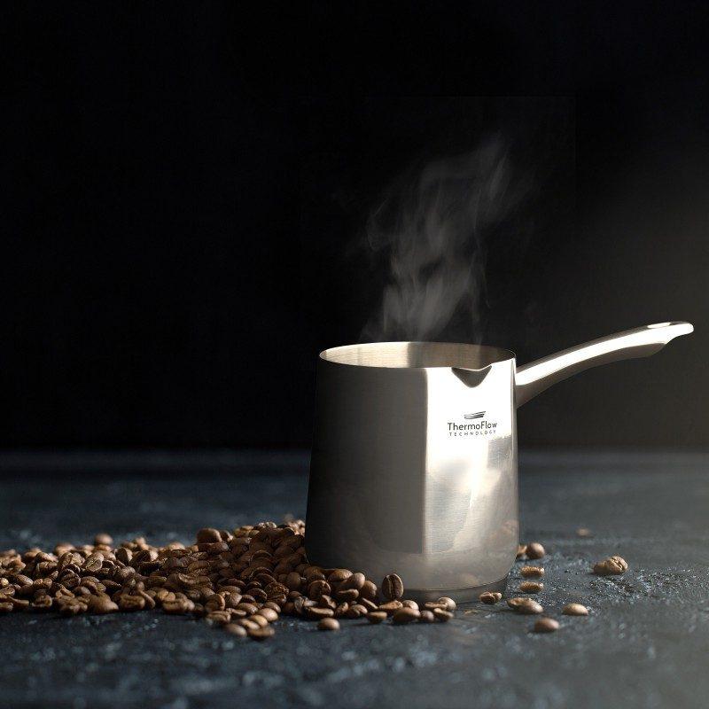 Pour&Cook čelična džezva prečnika 10 cm, zapremine 700 ml od neuništivog čelika 18/10 s 3-slojnim dnom koje omogućuje brzo i ravnomjerno zagrijavanje te kraće vrijeme kuhanja. ThermoFlow tehnologija savršeno raspoređuje toplinu po cijeloj površini posuđa što garantuje ravnomjerno kuhanje. Primjerena za sve ploče za kuhanje, uključujući i indukciju. Jednostavno se pere i u mašini posuđa.
