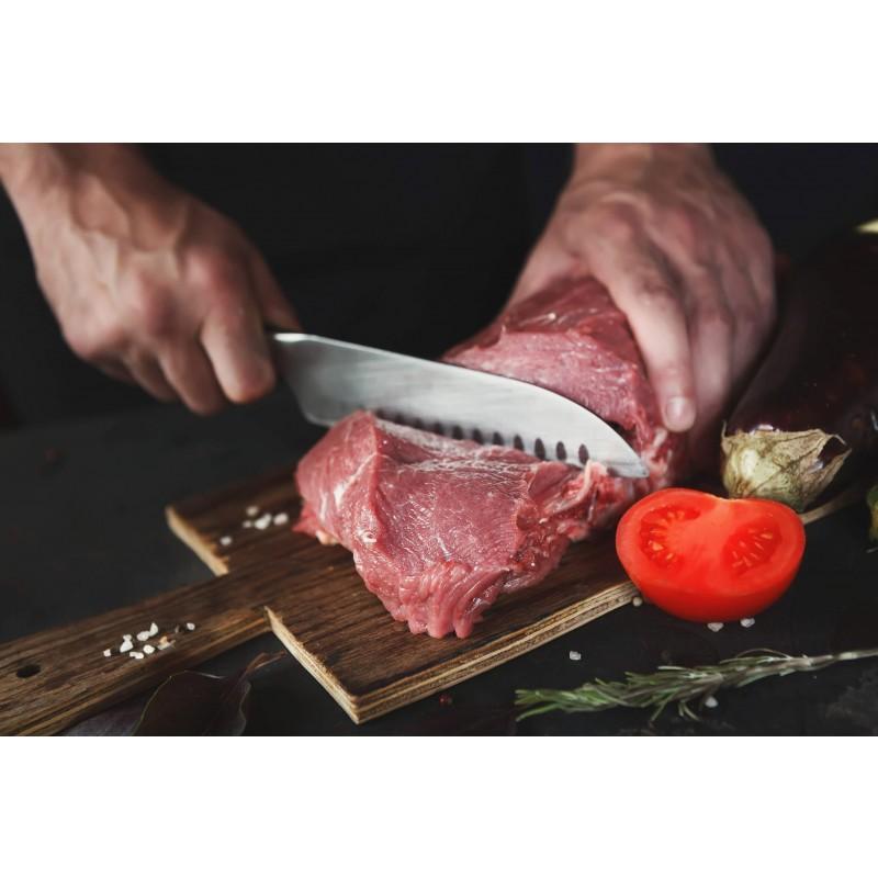 Santoku kuhinjski nož izrađen je od visokokvalitetnog nehrđajućeg čelika. Njegova prednost je dvosmjerna ručno oštrena oštrica, pod uglom od 15° za dugotrajnu oštrinu i izdržljivost. Santoku oblik noža se odlikuje širom oštricom nego inače, a smatra se višenamjenskim nožem za kuhinju, što je izuzetno popularno u japanskoj kuhinji. Dužina noža 18 cm.