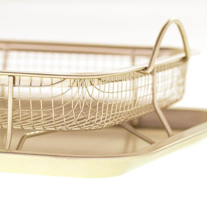 Pekač za pečenje i hrskavost s mrežicom Rosmarino Baker Golden, izrađen od visokokvalitetnog karbonskog čelika i modernog izgleda u zlatnoj boji, biće vaš novi nezamjenjivi pomoćnik za pečenje. Neprijanjajući premaz sa efektom vrućeg kamena, daje jedinstven pristup pečenju. Hrana se tako neće lijepiti za posudu i lako ćete je izvaditi bez upotrebe kuhinjskog pribora. Pekač je zahvaljujući svom sastavu od karbonskog čelika, otporan na visoke temperature i do 240 °C, pogodan za skladištenje u frižideru. Idealan za pečenje mesa i povrća.