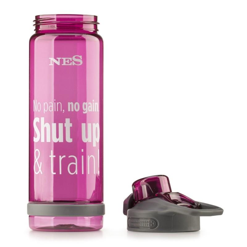 Praktična boca od izdržljivog tritana biti vaš omiljeni pratioc na putu do škole, posla, na izletima ili u teretani. Bez obzira na položaj, boca ne ispušta tekućinu. Pritiskom na gumb, jednostavno se otvara poklopac, što je idealno za bilo koju sportsku aktivnost.