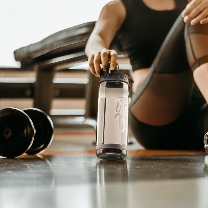 Praktična boca od izdržljivog tritana biti vaš omiljeni pratioc na putu do škole, posla, na izletima ili u teretani. Bez obzira na položaj, boca ne ispušta tekućinu. Pritiskom na gumb, jednostavno se otvara poklopac, što je idealno za bilo koju sportsku aktivnost ili vježbanje. Materijal od kojeg je napravljena ne sadrži štetne materije. Siva boja.