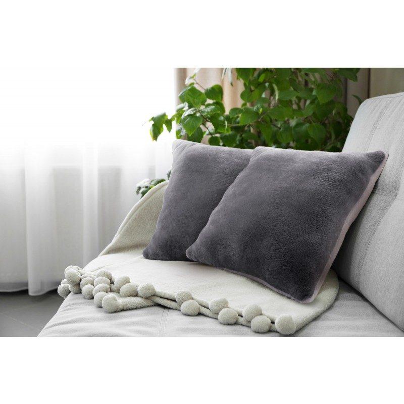 Mekani dekorativni jastuk Beatrice od kvalitetnih mikrovlakana za prijatne trenutke udobnosti i opuštanja gdje god se nalazili: u spavaćoj sobi, dnevnom boravku, na putovanju ili pikniku. Jastuk možete upotrebljavati na dvije strane. Na jednoj strani je izuzetno mekana tkanina u bijeloj boji, a druga strana je sa prekrasnom bojom. Dekorativni jastuk je odličan i za poklon koji će najbliže obradovati. Jastuk je periv na 40 °C.