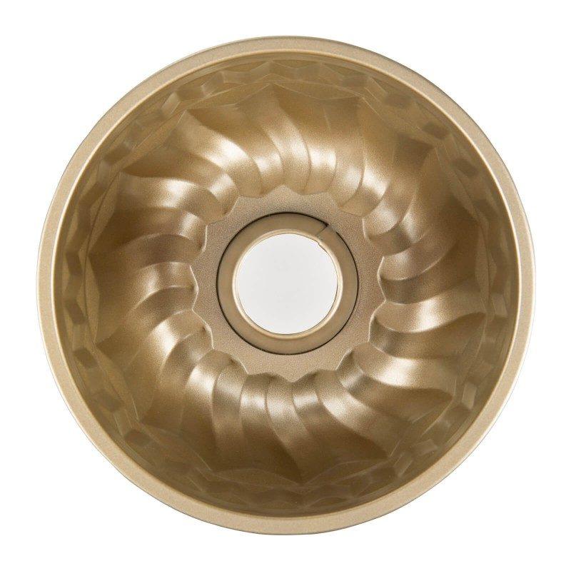 Kalup za kuglof Rosmarino Baker Golden potica izrađen od visokokvalitetnog karbonskog čelika i modernog izgleda u zlatnoj boji bit će vaš novi neophodni pomoćnik za pečenje. Neprijanjajući premaz sa efektom vrućeg kamena daje jedinstven pristup pečenju jer ćete moći peči bez upotrebe masnoće. Hrana se tako neće lijepiti za kalup i lako će je izvaditi bez upotrebe kuhinjskog pribora. Kalup je zahvaljujući svom sastavu od karbonskog čelika otporna i na visoke temperature, i do 240 ° C, pogodna za skladištenje u hladnjaku i pranje u mašini za posuđe. Idealno za pečenje kuglofa i ostalih sličnih peciva.