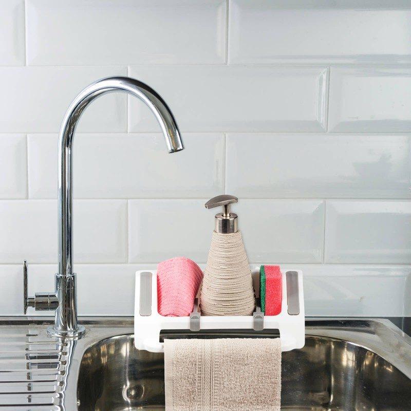 Mali, ali izuzetno praktičan kuhinjski organizator za odlaganje sredstava za čišćenje. Pojedinačni i podesivi odjeljci za različite tipove kuhinjskog pribora olakšavaju skladištenje svih neophodnih sredstava za čišćenje. Praktičan držač je savršen za vješanje kuhinjske krpe. Organizator možete lako fiksirati na kuhinjski pult, zid ili sudoperu, gdje god vam odgovara. Najpogodniji i najjednostavniji način za skladištenje spužve, deterdženata i drugih sredstava za čišćenje - sve na jednom mjestu.