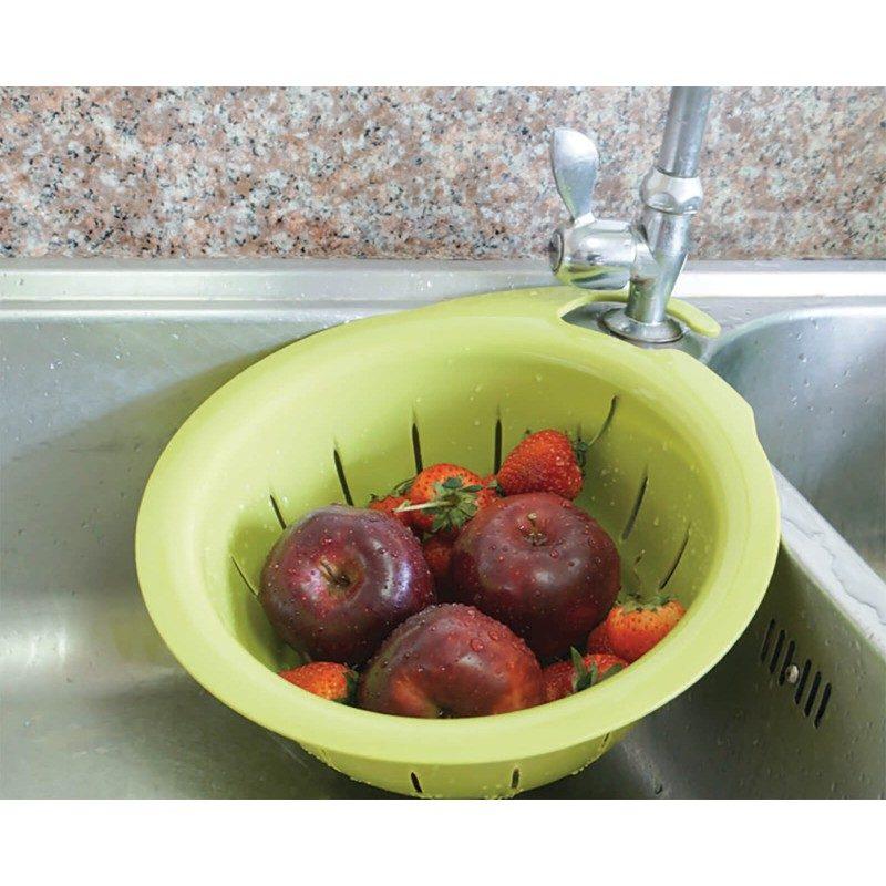 Izuzetno praktično kuhinjsko cjedilo koje jednostavno možete zakačiti za česmu. Izrađeno je od veoma kvalitetne plastike koja može izdržati i veće količine hrane koje su teže i cjedilo ne morate držati u ruci. Jednostavno stavite voće ili povrće u cjedilo, odvrnite vodu i bez napora operite, bez dodirivanja hrane, a sva voda će oteči direktno u korito.