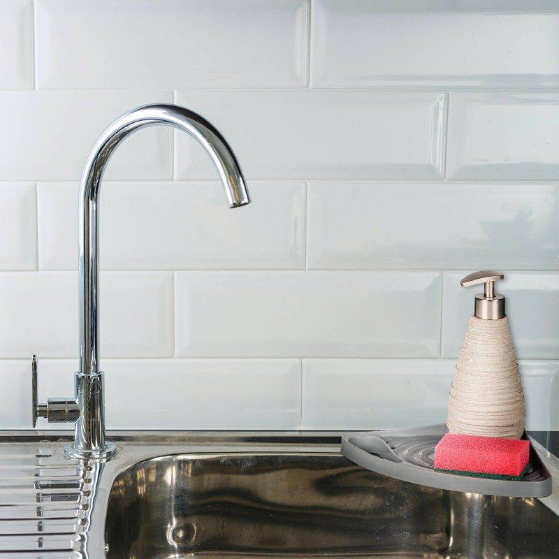 Mali, ali izuzetno praktičan kuhinjski organizator za odlaganje sredstava za čišćenje. Ugaonog oblika, što ga čini praktičnim za postavljanje na ivicu sudopera. Držač za vješanje kuhinjske krpe. Organizator možete lako fiksirati na kuhinjski pult, zid ili sudoperu, gdje god vam odgovara. Najpogodniji i najjednostavniji način za skladištenje spužve, deterdženata i drugih sredstava za čišćenje - sve na jednom mjestu.