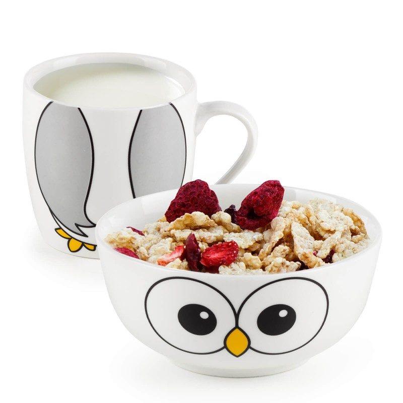 Dvodijelni Rosmarino porcelanski set s motivom postat će omiljeni prijatelje vašeg djeteta za vrijeme doručka ili večere. Posudica je idealna za pripremu žitarica, voća, povrća, sladoleda i druge dječje hrane, dok je šoljica primjerena za pripremu svih vrsta pića, mlijeka, kakaa ili čaja. Set je izrađen od visokokvalitetnog porcelana primjerenog za upotrebu u mikrovalnoj, hladnjaku i mašini za posuđe. Glavna prednost porcelana je u tome što ne prima na sebe miris i okus i jednostavan je za čišćenje s dugim rokom trajanja. Idealan izbor za poklon kako bi se izvukao osmijeh na lice svakog djeteta.