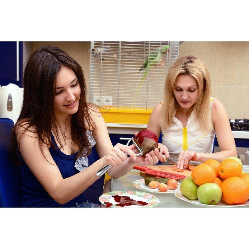 Snažan i izdržljiv guljač namijenjen je za svestranu upotrebu. Zbog svog širokog oblika lako ćete oguliti nešto veće komade voća i povrća. Idealno za guljenje jabuka, krušaka, kivija, mrkve, tikvica, krastavaca i krompira. Potpuno nehrđajući čelik sa silikonskom oblogom na držaču koji sprječava klizanje i osigurava bolje prijanjanje. Nakon upotrebe jednostavno ga isperite pod tekućom vodom ili operite u mašini za posuđe.