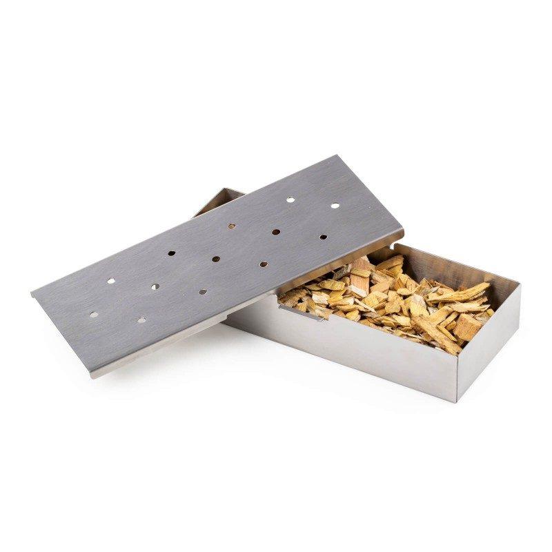 Stvorite gurmanske dimljene specijalitete i iznenadite porodicu i prijatelje novim okusima! Za savršen izlet i roštilj, odaberite posudu za dimljenje Rosmarino koja će hranu ravnomjerno dimiti aromatičnim čipsom. Posudu napunite omiljenim aromatičnim čipsom (1-2 šoljice), koji ste prethodno namočili u vodi 30-60 minuta. Posuda za dimljenje idealna je za roštilj na drveni ugljen, gdje je jednostavno stavite na žar i čekate da se miris počne razvijati i meso poprimati aromu. Napravljena od nehrđajućeg čelika, otporna na visoke temperature i gotovo neuništiva. Poklopac ima rupe na gornjoj strani kroz koje ide dim aromatičnog čipsa. Jednostavno čišćenje i u mašini za posuđe.