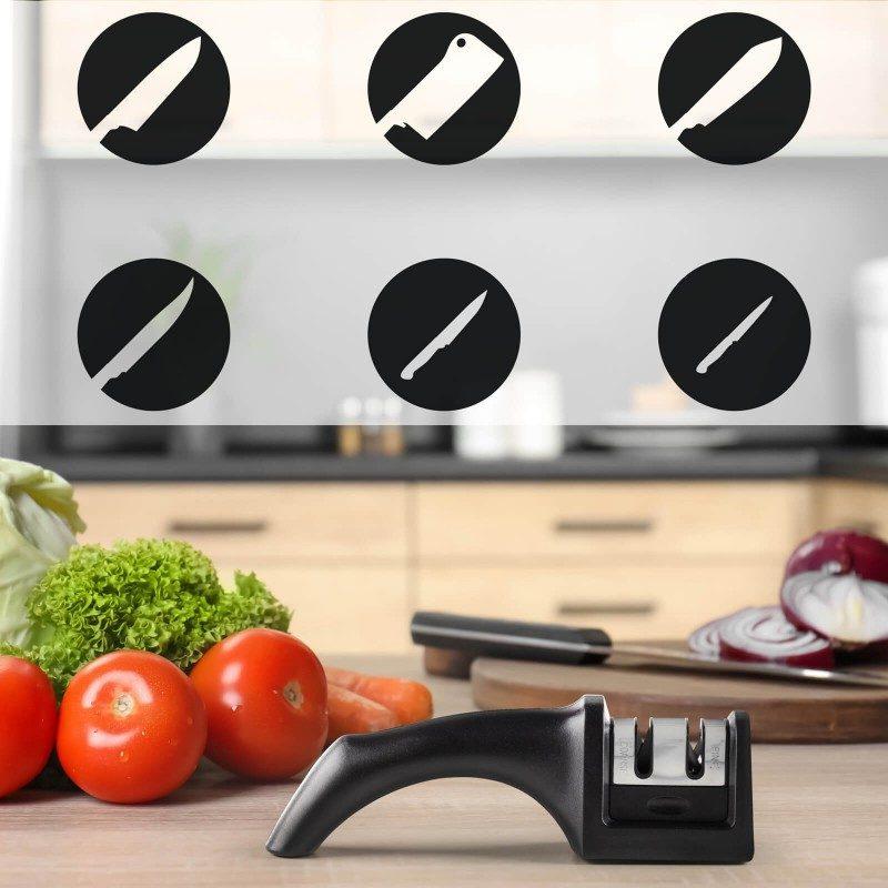 """Tupi i istrošeni noževi su prošlost! Ručni oštrač Rosmarino namijenjen je za oštrenje svih vrsta čeličnih kuhinjskih noževa, potpuno je sigurna i jednostavna za upotrebu. Da bi vaši noževi bili vrhunski oštri oštrač ima dva čelična otvora od brusnog čelika koji se koriste zavisno od tuposti noža. Dva nivoa omogućavaju oštro i fino oštrenje. Grubo oštrenje izoštrit će čak i veom tupe i oštećene noževe, dok će fini način rada samo """"dotjerati"""" oštrinu noževa.Ugao oštrenja je 25-30 °, što znači da stvaraju izdržljive i oštre ivice na duge periode, što je idealno za većinu čeličnih noževa u domaćinstvu. Na donjoj strani ručke i brusne glave ima neklizajuću podlogu što sprječava klizanje. Zbog svoje male veličine pogodan je za upotrebu u bilo kojoj kuhinji, a lako se može ponijeti na kampovanje ili izlet."""