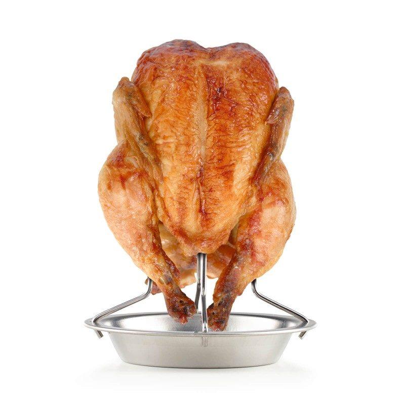 Izuzetno praktičan set stalka i kista za pečenje piletine, primjeren je za upotrebu u pećnici ili na roštilju. Jednostavno postavite piletinu, puretinu ili patku okomito na stalak i počnite peći. Ovakav način pečenja omogućava da ravnomjerno cirkulira zrak sa svih strana, osiguravajući da je meso savršeno pečeno i dobiva savršeno hrskavu kožu. Možete koristiti sok od mesa iz posude stalka, za ukusne umake i preljeve kako biste dodatno poboljšali okus jela. Stalak također možete lako staviti u tepsiju za pečenje, tako da istovremeno možete ispeći povrće ili krompir. Set uključuje i silikonski kist koji se može koristiti za nanošenje različitih preljeva ili marinada na meso tokom pečenja. Zbog male veličine, lako ga možete ponijeti sa sobom na piknik ili kampovanje. Jednostavno čišćenje i u mašini za posuđe.