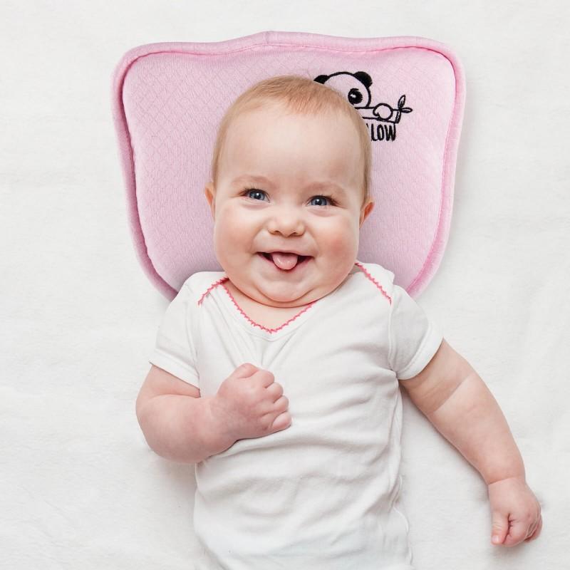 Anatomski oblikovan dječji jastuk prikladan je za spavanje u prvim djetetovim mjesecima (do dobi 1.godine), kada je potrebna najveća pažnja pri odabiru dječjeg jastuka i određivanju njegovog položaja spavanja u krevetu. Jastuk od memorijske pjene savršeno se uklapa u bebinu glavu zbog svog sastava, a udubljenje u sredini služi kao prevencija protiv plagiocefalije i brahicefalije. Fino oblikovani centar ravnomjerno raspoređuje pritisak i štiti osjetljivu bebinu glavu. Rupičasta struktura jezgre olakšava disanje i lakši protok zraka. Navlaci jastuka su dodana bambusova vlakna koja smanjuju znojenje i ugodna su za bebinu nježnu kožu. Setu je dodana i dodatna navlaka s naljepnicama kako simpatično dokumentirati djetetov razvoj. Navlake jastuka su perive na 40 ° C.