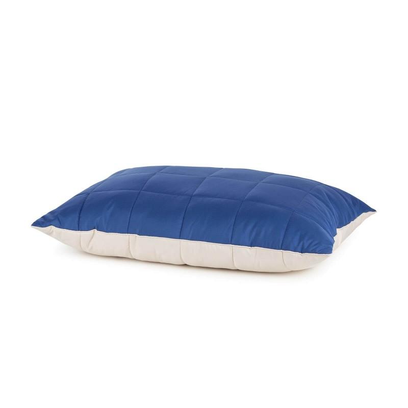 Mekani i topli set dekorativnog jorgana i jastuka Twin Dreams izrađen je od kvalitetnih mikrovlakana za prijatne trenutke udobnosti u spavaćoj sobi, dnevnom boravku, dječjoj sobi ili na putovanju. Jastuk i jorgan može se upotrebljavati sa obje strane. Na jednoj strani je veoma mekana tkanina u bijeloj boji, a druga strana je u drugoj boji sa štepom. Set jorgan i jastuk je odličan kao poklon koji će razveseliti najdraže. Jorgan i jastuk su u cijelosti perivi na 40 °C.
