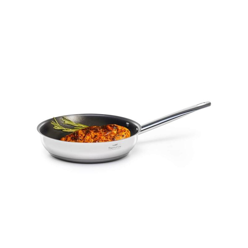 Pour & Cook čeličnu tavu prečnika 20 cm odlikuje neuništivi čelik 18/10 s troslojnim dnom koje omogućuje brzo i ravnomjerno zagrijavanje i kraće vrijeme kuhanja. ThermoFlow tehnologija osigurava izvrsnu raspodjelu topline po cijeloj površini posude i ravnomjerno kuhanje. Neprijanjajući premaz ILAG Premium omogućuje prirodan način kuhanja i pečenja uz upotrebu minimalne količine masnoća. Hrana na taj način zadržava sve potrebne vitamine i hranjive tvari koje su potrebne za zdrav život. Primjerena je za sve ploče za kuhanje, uključujući indukciju, Jednostavno se pere. Primjerena za mašinu posuđa.
