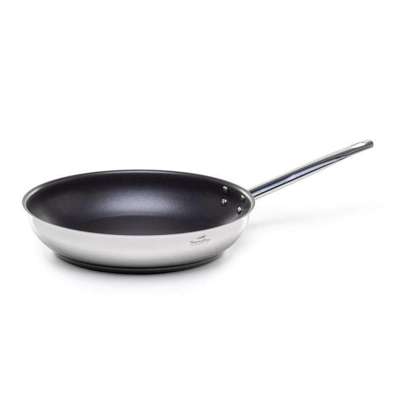 Pour & Cook čeličnu tavu prečnika 28 cm odlikuje neuništivi čelik 18/10 s troslojnim dnom koje omogućuje brzo i ravnomjerno zagrijavanje i kraće vrijeme kuhanja. ThermoFlow tehnologija osigurava izvrsnu raspodjelu topline po cijeloj površini posude i ravnomjerno kuhanje. Neprianjajući premaz ILAG Premium omogućuje prirodan način kuhanja i pečenja uz upotrebu minimalne količine masnoća. Hrana na taj način zadržava sve potrebne vitamine i hranjive tvari koje su potrebne za zdrav život. Primjerena je za sve ploče za kuhanje, uključujući indukciju, Jednostavno se pere. Primjerena za mašinu posuđa.