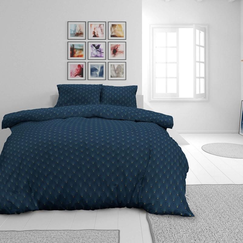 Vrijeme je za potpuno uživanje u modernim pamučnim posteljinama! Posteljina Rise od mekanog pamučnog satena, koji je satkan od visokokvalitetnog, tankog tkanja. Posteljina od satena je prekrasan ukras vaše spavaće sobe, a u isto vrijeme odličan izbor za udoban i ugodan san. Posteljina je periva na 40 °C.