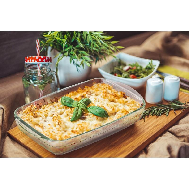 """Stakleni pekač Rosmarino Bake&Go (2600 ml) modernog dizajna. Vaš novi nepogrešiv """"pomoćnik"""" kod pečenja. Pekač od borosilikatnog stakla je čvrst i otporan na udarce ili mehanička oštećenja. Ne izlučuje štetne tvari u hranu i ne ostavlja umjetni okus ili miris na hrani. Pekač je otporan na visoke temperature u pećnici ili u mikrovalnoj pećnici, primjeren za pohranu u hladnjaku i pranje u perilici posuđa. Idealno pomagalo za pripremu lazanji, gratiniranih tjestenina, pečenje pita, mesa, povrća, riba i slično."""