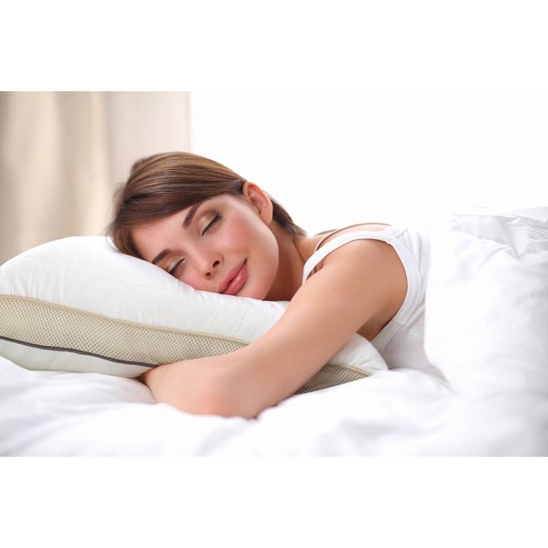 Za naspavana jutra izaberite jastuk koji se prilagođava vama. Hibridni jastuk NEO Bamboo Memory je inovativni jastuk na bh. tržištu jer sadrži kombinaciju izrezane memorijske pjene u obliku nano kockica i najfinijih paperjastih mikrovlakana za idealnu prilagodbu. Izrezana memorijska pjena osigurava raspodjelu pritiska i ispravnu potporu glave tokom spavanja, a fina mikrovlakna nude mekoću i prozračnost pri dodiru s jastukom. Jastuk ima dvije navlake, unutarnju nepropusnu, koja punjenje održava u ispravnom obliku i vanjsku koja se sastoji od nebijeljenog pamuka s ušivenim bambusovim vlaknima za sve koji preferiraju prirodne materijale. Možete jednostavno prilagoditi visinu i tvrdoću jastuka oduzimanjem ili dodavanjem punjenja. Vanjski rub jastuka sadrži ušivenu 3D tkaninu AirMesh koja osigurava cirkulaciju zraka preko noći i uklanja višak vlage. To osigurava suho okruženje za spavanje i bolji protok zraka između punjenja i navlake, što će poboljšati kvalitetu vašeg sna i jutarnje buđenje.