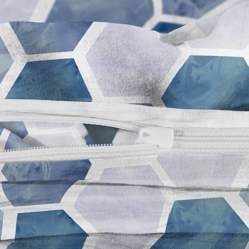 Vrijeme je za potpuno uživanje u modernim pamučnim posteljinama! Posteljina Hexagon Dreams od mekanog pamučnog satena koji je satkan od visokokvalitetnog, tankog tkanja. Posteljina od satena je prekrasan ukras vaše spavaće sobe, a u isto vrijeme odličan izbor za udoban i ugodan san. Posteljina je periva na 40 °C.