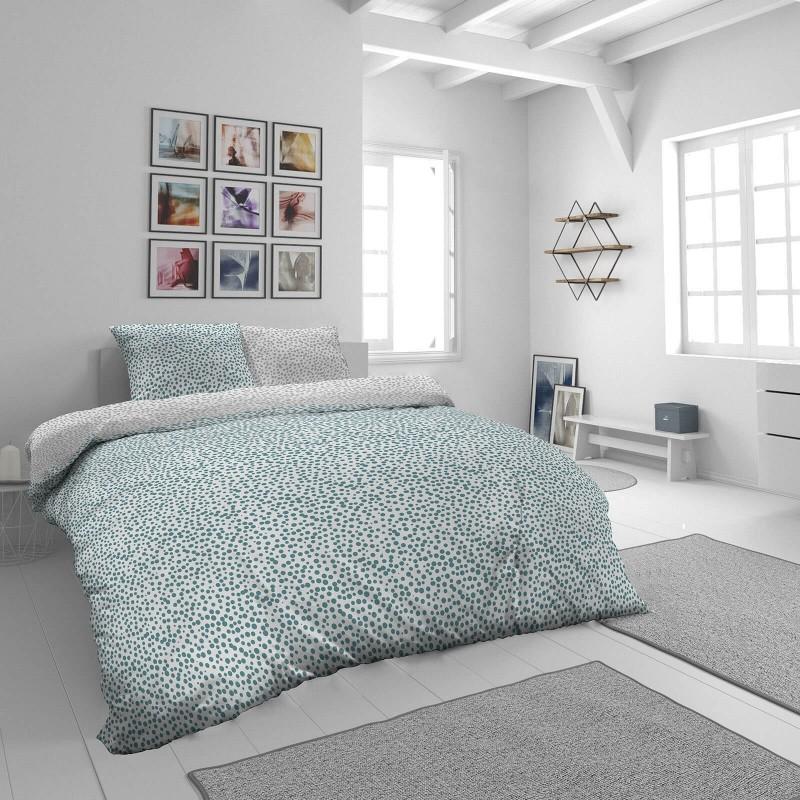 Vrijeme je za potpuno uživanje u modernim pamučnim posteljinama! Posteljina Blue Dots od mekanog pamučnog satena, koji je satkan od visokokvalitetnog, tankog tkanja. Posteljina od satena je prekrasan ukras vaše spavaće sobe, a u isto vrijeme odličan izbor za udoban i ugodan san. Posteljina je periva na 40 °C.