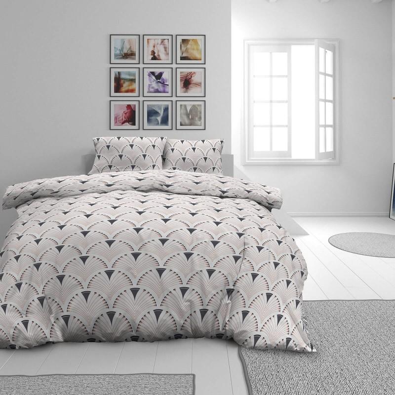 Vrijeme je za potpuno uživanje u modernim pamučnim posteljinama! Posteljina Art Deco od renforce platna, mekane tkanine, jednostavne za održavanje. Neka vas oduševi moderan dizajn s printom za udoban i ugodan san. Posteljina je periva na 40 °C.
