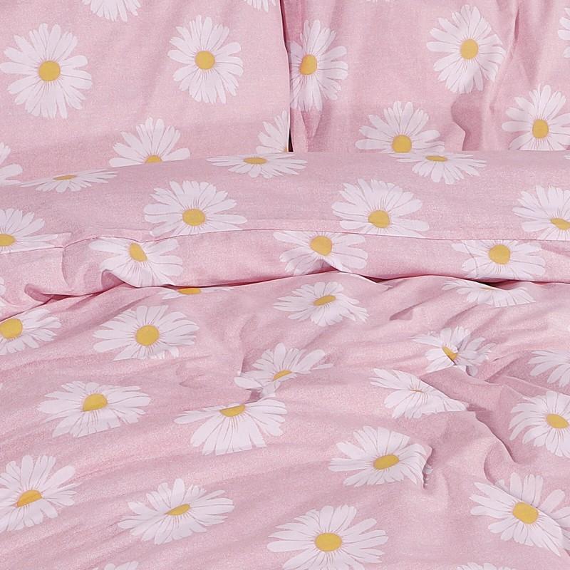 Vrijeme je za potpuno uživanje u modernim pamučnim posteljinama! Posteljina Daisy Dreams od renforce platna, mekane tkanine, jednostavne za održavanje. Neka vas oduševi moderan dizajn s printom za udoban i ugodan san. Posteljina je periva na 40 °C.