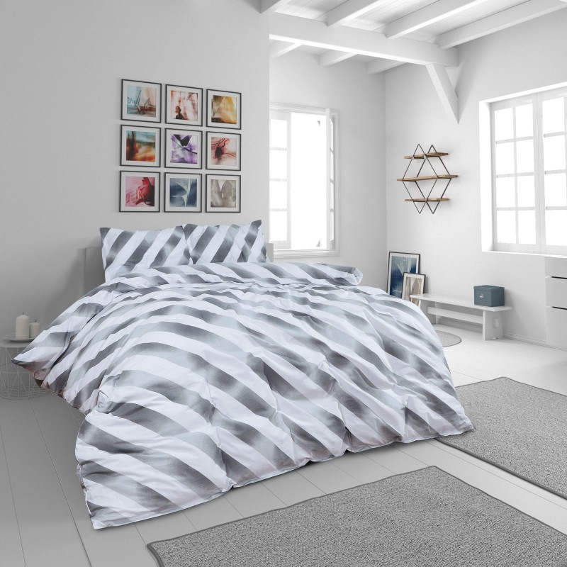 Vrijeme je za potpuno uživanje u modernim pamučnim posteljinama! Posteljina Grey Stripes od renforce platna, mekane tkanine, jednostavne za održavanje. Neka vas oduševi moderan dizajn s printom za udoban i ugodan san. Posteljina je periva na 40 °C.