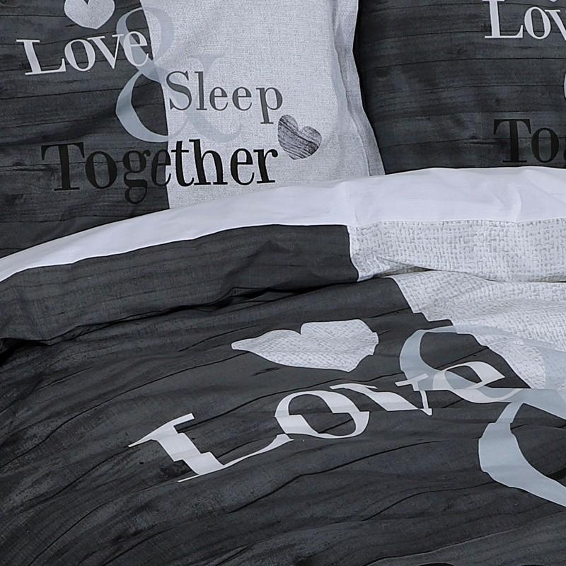 Vrijeme je za potpuno uživanje u modernim pamučnim posteljinama! Posteljina Love Sleep Together od renforce platna, mekane tkanine, jednostavne za održavanje. Neka vas oduševi moderan dizajn s printom za udoban i ugodan san. Posteljina je periva na 40 °C.
