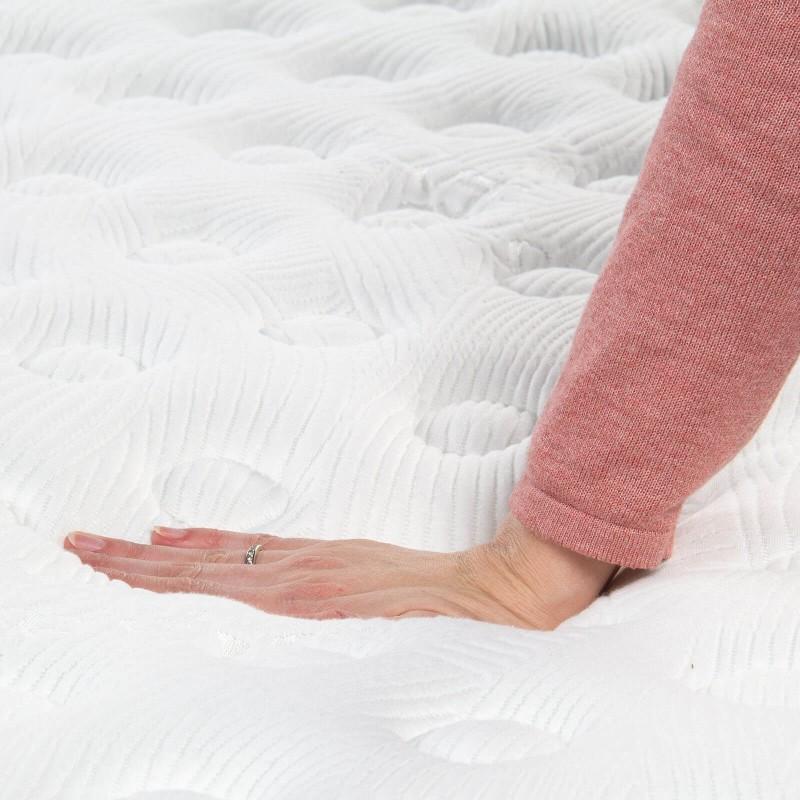 7-zonski madrac Hitex Antristress Royal visine 30 cm pruža vašem tijelu potpunu podršku i udobnost, tako da ćete ujutru biti odmorni i naspavani. Nezavisne džepičaste opruge u kombinaciji sa gel memorijskom pjenom i hladno valjanom pjenom u tri sloja, osiguravaju pravilan položaj tijela i opuštajući san.