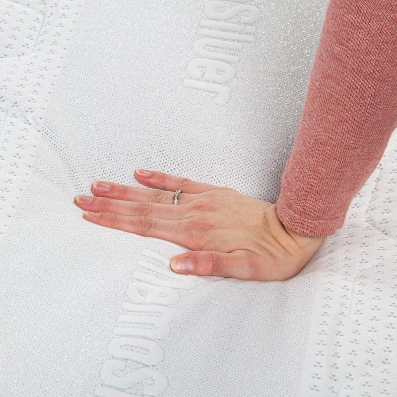 7-zonski madrac od pjene Hitex MemoSilver 18 + 2 Memory visine 20 cm, ima reverzibilno jezgro sa tvrđom i mekšom stranom, tako da sami možete odabrati stranu koja vam odgovara. Ortopedsko jezgro i memorijska pjena od 2 cm u navlaci, pružaju potpunu podršku vašem tijelu i udobnost i garantuju da ćete se ujutru probuditi odmorni i naspavani. Navlaka se skida i pere na 40 °C.