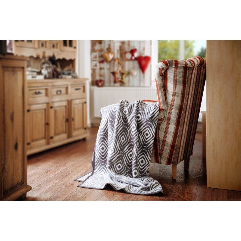 Mekana dekorativna deka Dora od kombinacije pamuka, akrila i kvalitetnih mikrovlakana za prijatne trenutke udobnosti i opuštanja gdje god da ste: u spavaćoj sobi, dnevnom boravku ili na putovanju. Primjerena kao pokrivač u toplijim mjesecima, kao dodatni pokrivač zimi ili kao prekrivač. Odličan je dodatak svakog prostora. Idealna je kao poklon koji će obradovati vaše najbliže. Periva je na 40 °C.